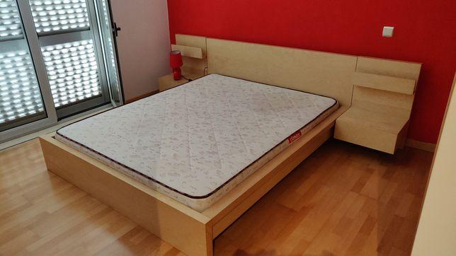 Cama Malm e mesas de cabeceira