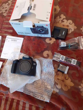 Aparat Canon EOS 2000D.