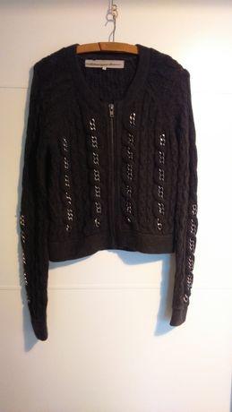 Szary sweter z łańcuchami