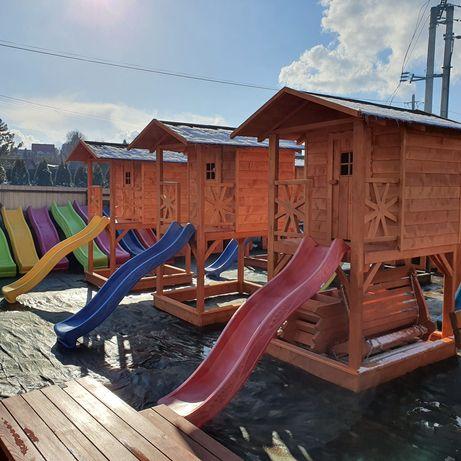 Plac zabaw, drewniany domek, huśtawki, zjeżdżalnia, piaskownica