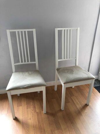 Cadeira branca com almofada cor de areia