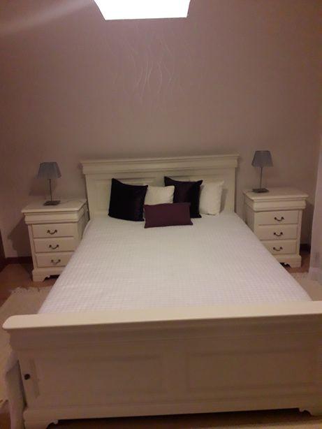 Cama, colchão e duas mesas de cabeceira em madeira maciça.