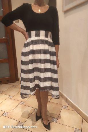 Śliczna sukienka o wydłużonym tyle