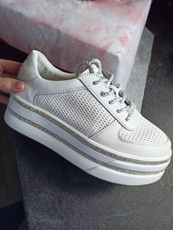 Кеды кожаные кроссовки с камнями с перфорацией