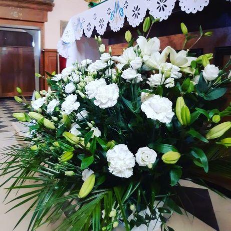 Dekoracje ślubne, kwiaty, biały dywan, stojaki