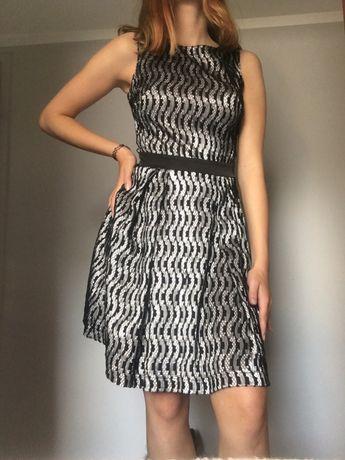 Sukienka w koronkę czarno biała do kolan