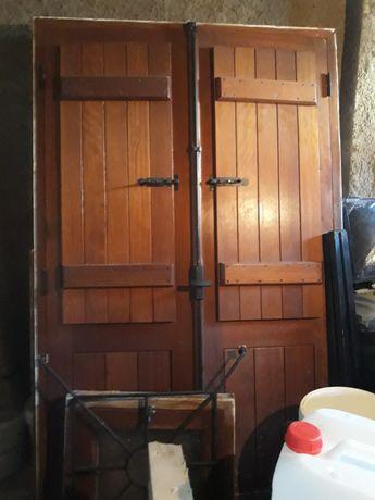 Vendo porta e janelas em madeira completa  como novo
