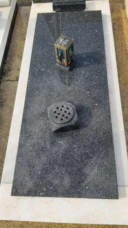 Jazigo (desocupado) no Cemitério de Ermesinde (Costa)