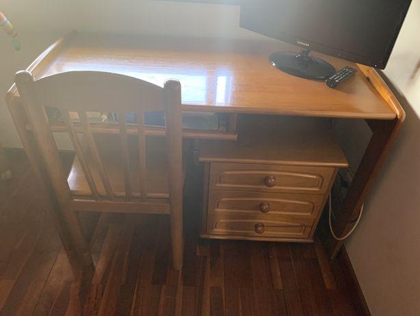 Quarto solteiro com cama, mesa cabeceira mesa c cadeira e escrivaninha