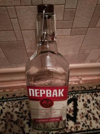 """Бутылка 0.7 от водки """"Первак"""" с бугельной пробкой."""