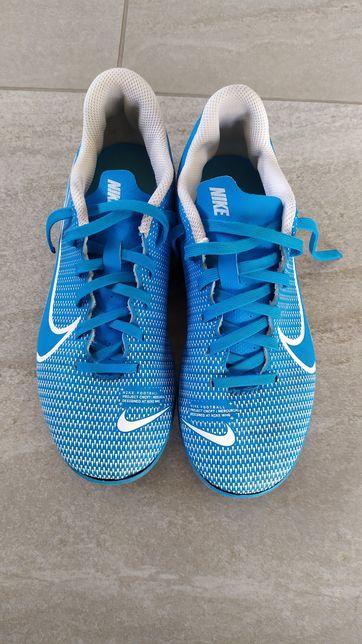 Buty sportowe firmy Nike do piłki nożnej korki.