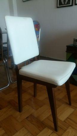 Cadeira Vintage em madeira. Estofada em napa branca.