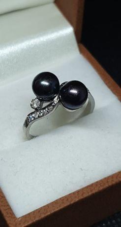 Złoty pierścionek z perłami i diamentami