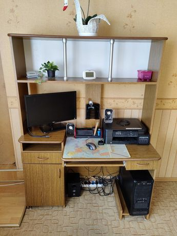 Biurko komputerowe z półką