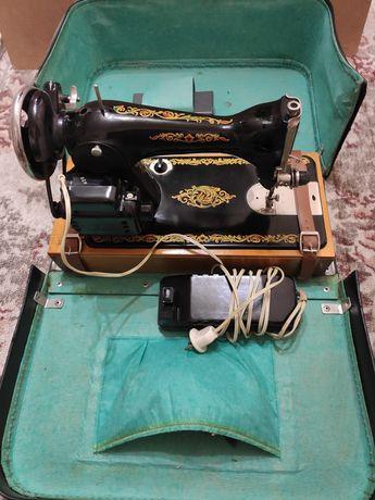Швейная машинка с электроприводом в футляре