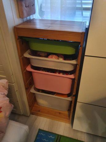 Regał z pojemnikami do pokoju dziecka