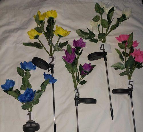 Flor de jardim com luz e painel solar estaca