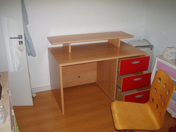 Secretaria e cadeira em madeira