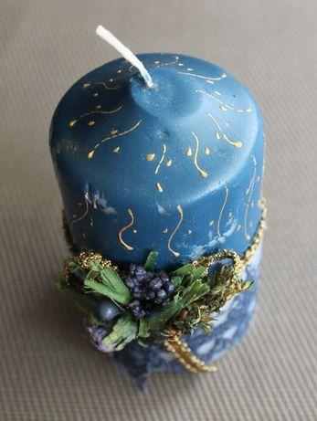 Vela azul decorativa com arranjo floral de fabrico manual (NOVA)