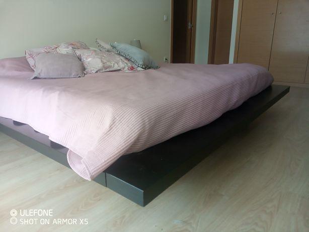 Cama estilo oriental + colchão + estrado + 2 mesas de cabeceira
