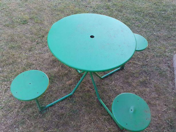 Metalowy ogrodowy stolik