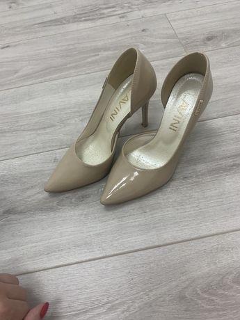 Бежевые женские туфли лодочки