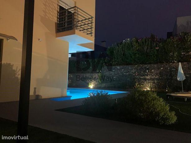 Moradia com piscina inserida condomínio Palmela Village