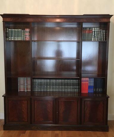 Móvel aparador com estantes