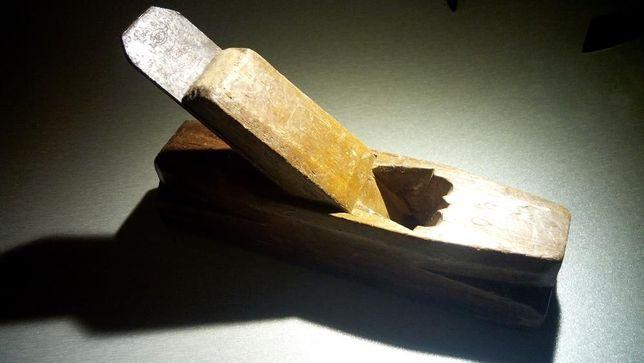 Plaina muito antiga, em madeira, peça de coleção