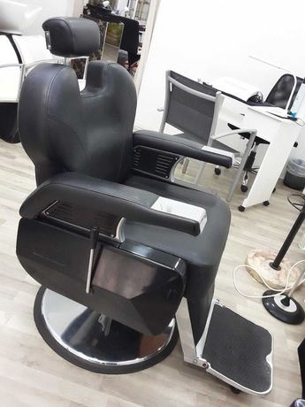 Cadeira de barbeiro em ótimo estado, rampa,expositor armário c espelho