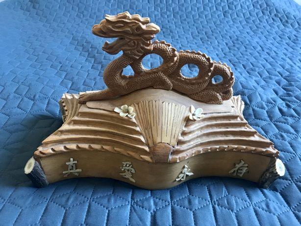 Ręcznie rzeźbiona szkatułka