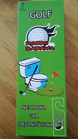 Gra w golfa na toalecie