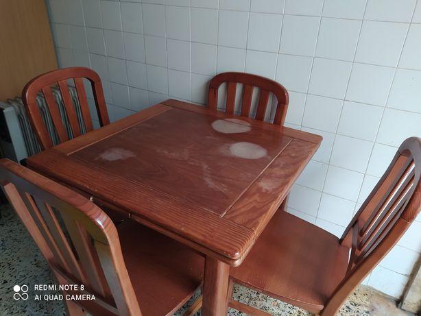 Mesa de madeira extensível + 4 cadeiras