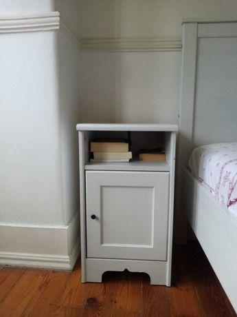 Mesa de cabeceira com espaço para arrumação