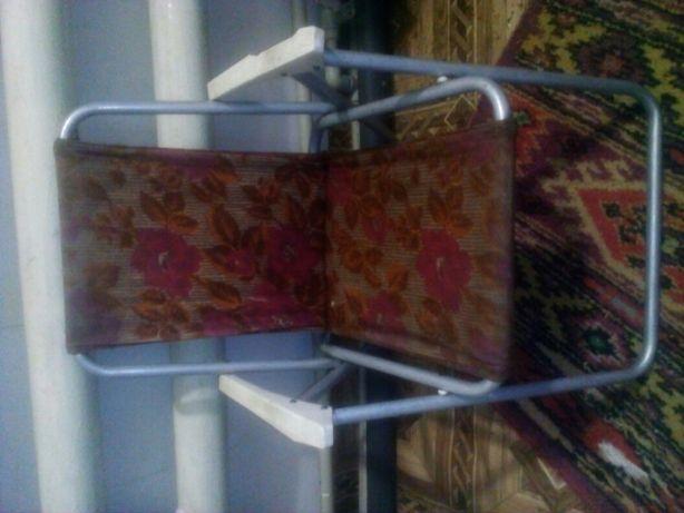 маленький раскладной стул.
