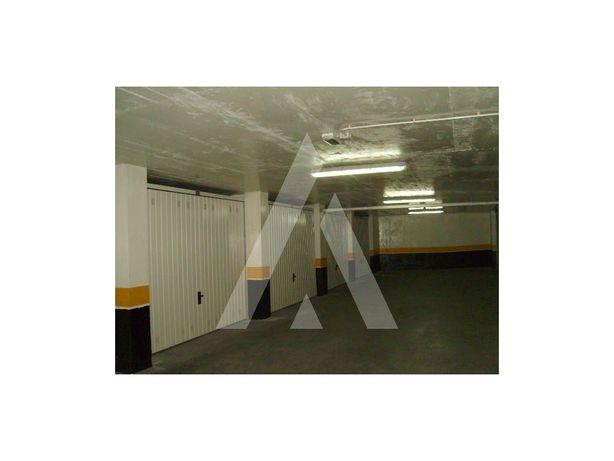 Garagens fechadas com áreas entre 17 m2 e 21 m2 em Aveiro.