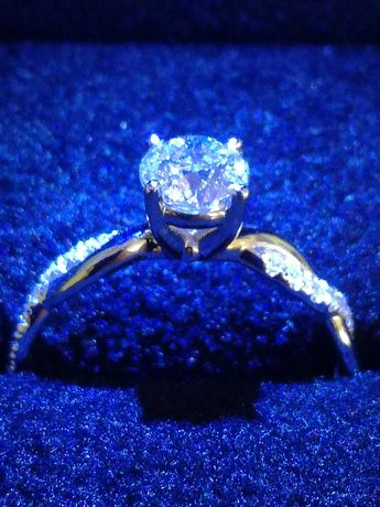 Pierścionek z brylantem, 0,75 karata, białe złoto