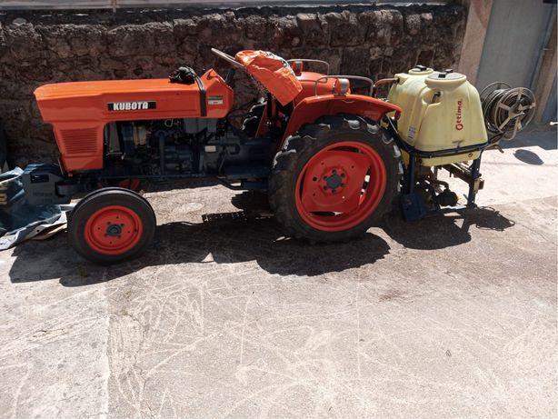 Trator Kubota com deposito de sulfatar de 200L