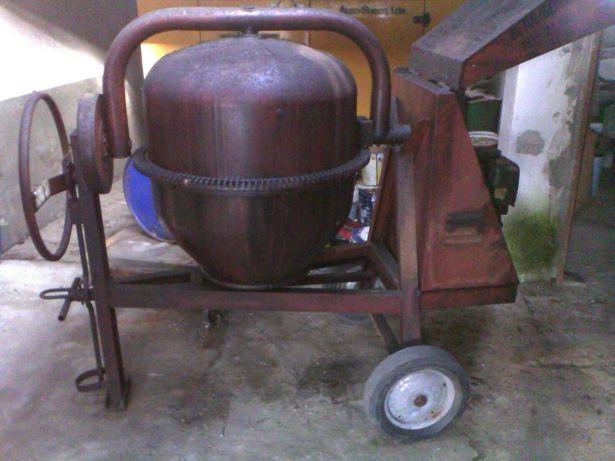 Betoneira com motor a gasoleo com capacidade de 180 litros como nova