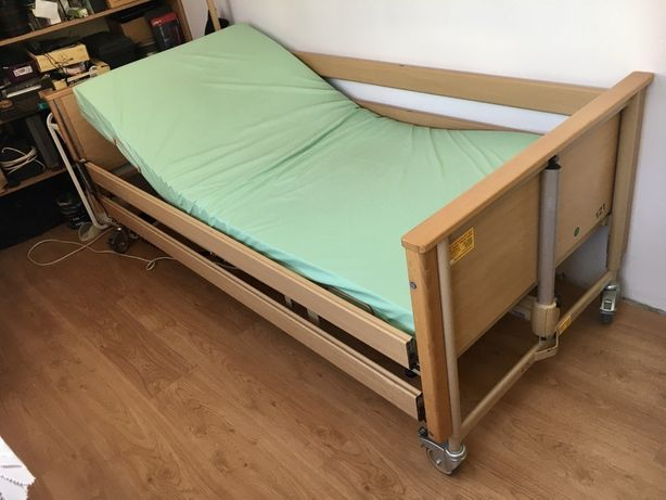 Łóżko rehabilitacyjne z materacem.