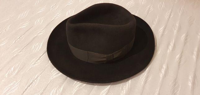 Czarny kapelusz marki Tonak