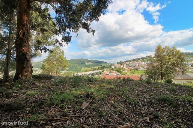 Terreno com 4021 m2 próximo ao centro de Guimarães