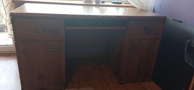 meble biurko z wysuwaną półką na klawiaturę komputera