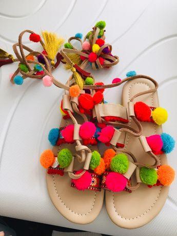Sandałki z pomponami nowe okazja