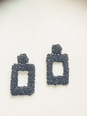 Brincos pretos retangulares de massa com missangas