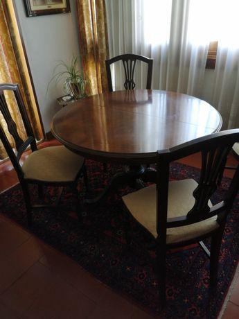 Conjunto mesa de jantar e cadeiras