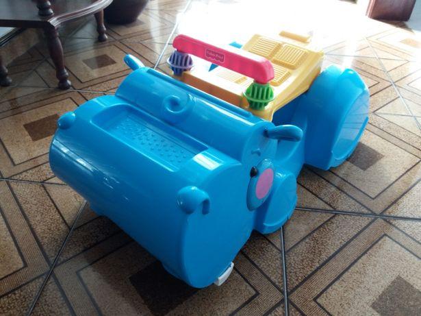 Hipopótamo andador come peças espalhadas