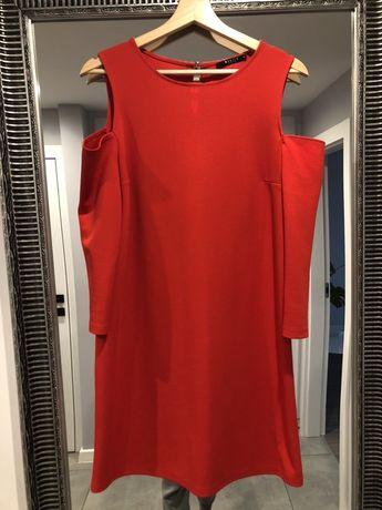 Czerwona sukienka firmy Mohito - odkryte ramiona