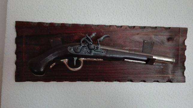 Pistola em suporte de madeira