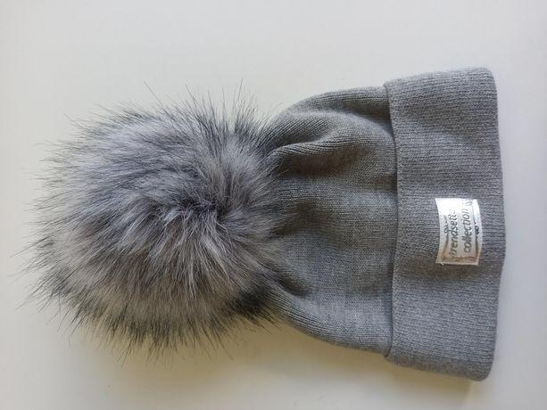 Nowa damska szara czapka z puszystym pomponem. Idealna na zimne dni.